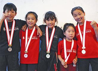 メダルを獲得した左から黒木君、小原心花さん、加藤さん、小原優乃さん、澤木さん