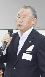 挨拶する坂本会長