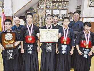 練習後に賞状、楯を手に笑顔を見せるメンバーら。(前列左から)白水くん、馬場くん、岡くん、藤本くん、勝目さん
