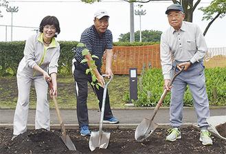 植樹を行った成川会長(中央)ら
