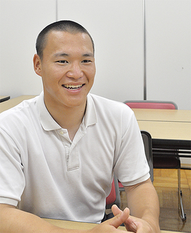 これまでの野球生活を笑顔で振り返る藤崎主将=22日、麻布大附属高校