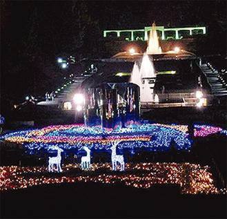 ライトアップされる噴水広場