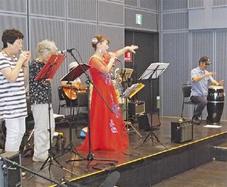 区内出身のプロ歌手・みやび廣子さんも参加した