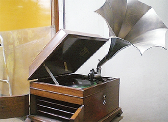 コンサートで使用されるラッパ型の手巻き蓄音機