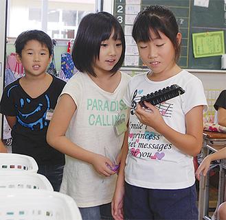 ゲームを通じてごみの分別方法を学ぶ児童