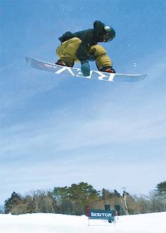 ハーフパイプ競技で高さあるジャンプを決める戸塚さん=提供