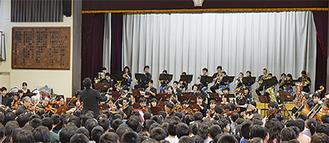 同小の吹奏楽部とオケの演奏にあわせて校歌を歌った児童