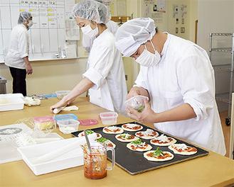 人気商品の一つ「ピザパン」の製造に取り組む生徒