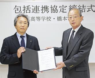 協定を交わした江原校長(左)と田中館長=6日、緑区橋本