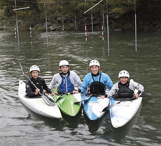 左から斎藤彰太さん、小島大地さん、斎藤康祐選手、斎藤徹平さん=10月20日、三ヶ木のカヌー場で