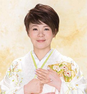 島津亜矢/熊本県熊本市出身。1986年5月袴をはいた渡り鳥」でデビュー。1988年 7月初の海外公演(ハワイ)開催。91年「愛染かつらをもう一度」発売し30万枚のヒット。2001年NHK紅白歌合戦に初出場。昨年の「紅白」では美空ひばりの「川の流れのように」を歌い上げた。現在、イベントやテレビのゲスト出演、ラジオ、リサイタル、コンサートのほか、演歌以外にジャズなど多ジャンルにも活動の幅を広げている。