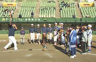 野球教室で実演する選手ら