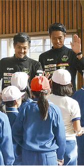 子どもたちと笑顔でハイタッチを交わすSCの選手