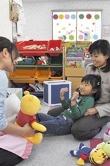 託児所で子どもを迎えるママさんドライバー