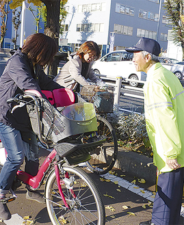 ブロッコリーで市民に交通安全を啓発する交通安全協会の会員