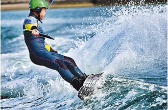 練習では豪快に水しぶきをあげて水上を滑走