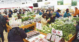 新鮮な地元の農産物を目当てに多くの人で賑わった店内=2日