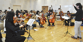 演奏会に向け練習に励むオケのメンバー=12月9日撮影