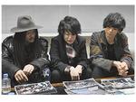 弥栄西高校時代の写真アルバムを見て懐かしむ3人。現弥栄高校軽音部からのメッセージ写真には笑顔を見せた