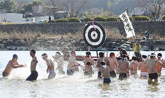 船上の的を目がけて泳ぐ参加者(写真は過去)=市観光協会提供