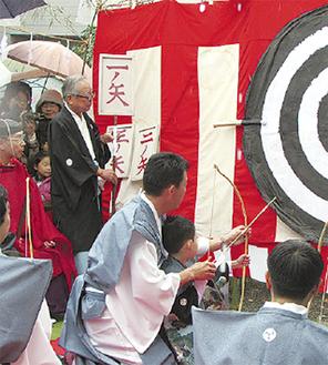 弓を放つ男児(写真は過去)=市観光協会提供