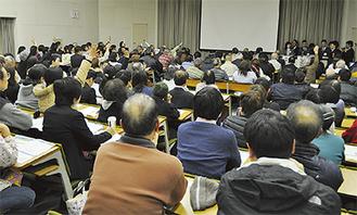大勢が参加して行われた市民説明会