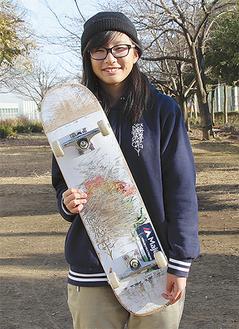 愛用のスケートボードを持つ藤澤さん=昨年12月19日