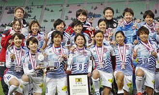 表彰式後の選手たち(前列中央が尾山主将)=昨年12月24日、ヤンマースタジアム長居