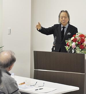 国際化について熱弁を奮う松本氏=13日、同クリニック