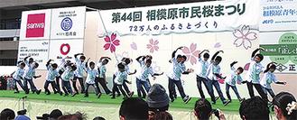 得意の歌とダンスで桜まつりを盛り上げるボーイズ(昨年)