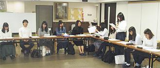 体験学習での経験について発表する学生たち