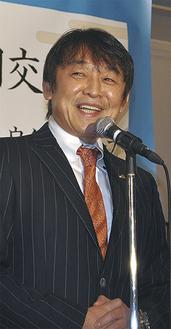 大勢の来賓を前に、決意を示す柴田社長=19日、南区内のホテル