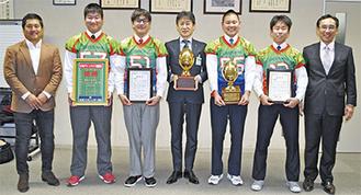 野村教育長(中央)に初優勝を報告したグリーンライズの選手ら=16日、相模原市役所