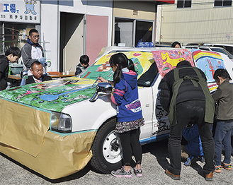 田名交通の車両に将来の自らの姿を書く児童ら