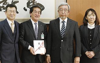 寄贈を行った山本さん(右から2番目)