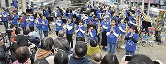 詰めかけた大勢の観客を前に、堂々とした演奏やダンスを披露した共和小学校吹奏楽部の子どもたち=2月25日、淵野辺駅北口オーロラデッキ