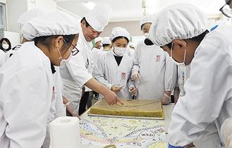 清水代表にアドバイスを受けながらケーキの制作に取り組む児童