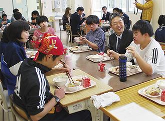 香福豚を使った給食を楽しむ児童・生徒と生産・販売グループのメンバー