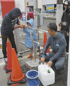 井戸の掘削作業を行う社員ら