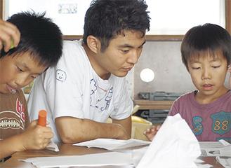 子どもたちの夏休みの宿題を手伝う前島さん(昨年の8月頃、宮城県仙台市で)。震災の影響を受けた子どもたちに対し、こうした居場所づくり・遊び場づくりの活動を行っている