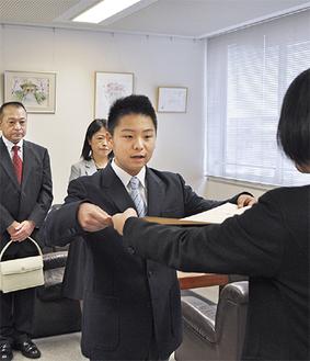 県職員から表彰状を受け取る平石さん=8日、相模原市役所
