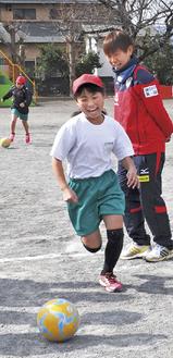 ドリブルでのリレーに笑顔がこぼれる児童