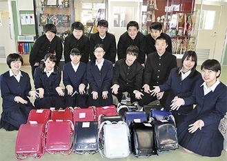 全校生徒から集めたランドセルを囲む田名中の生徒