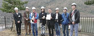 賞状を手にする池田所長(右から4番目)のほか、企業庁の職員、選挙委員会のメンバーなど
