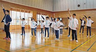 ダンス練習に取り組むボーイズ
