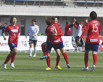 田中萌選手(中央)のゴールに歓喜のチームメイト=25日、相模原ギオンスタジアム