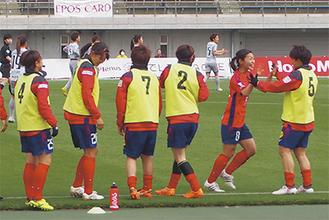 先制ゴールを決めベンチメンバーと喜ぶ田中陽子選手(右から2人目)