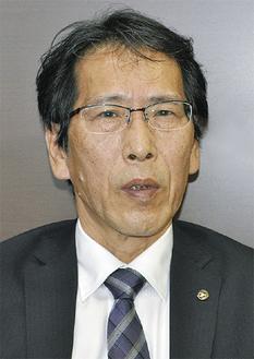 インタビューに答える鈴木局長