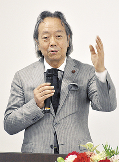 登壇した松本氏=11日、同院会議室