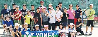 記念撮影を行う参加者=ゼストテニススクール提供